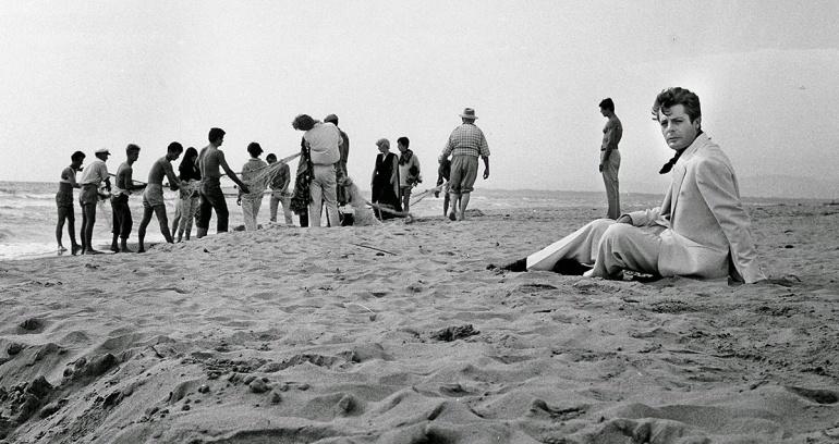 film-antonioni-la-dolce-vita-beach-1